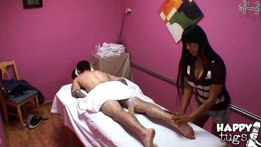 Вьетнамская массажистка трахнулась с клиентом