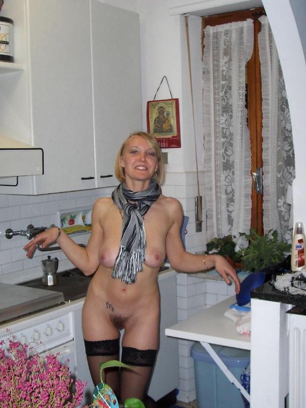 Нагая сучка с шарфом прогуливается по квартире
