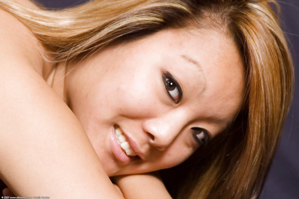 Азиатка выставила интимные места