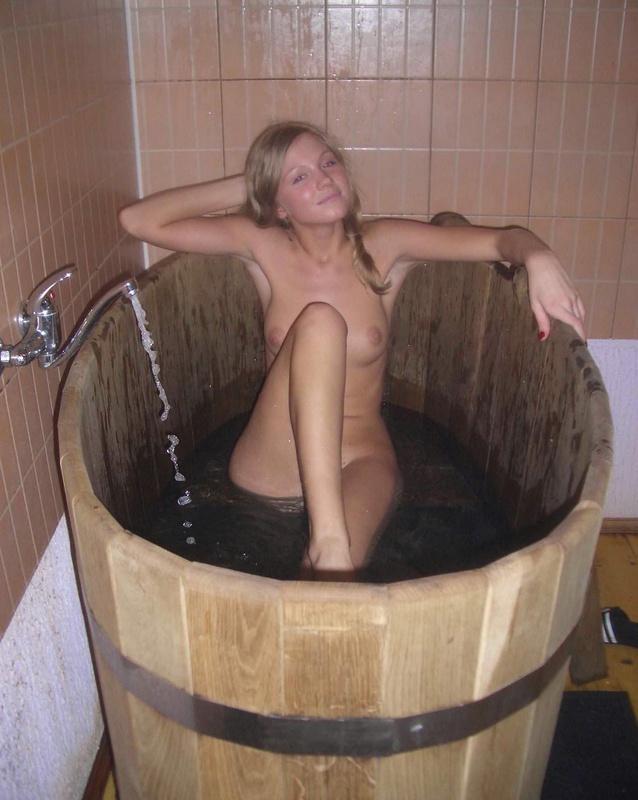 Парочка молодоженов развлекаются в бане