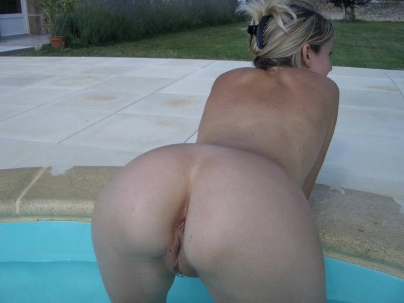 Домохозяйка хвастается пирсингом на клиторе