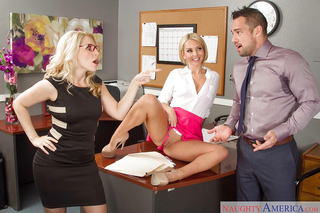 Офисные сотрудницы вылизали друг другу писюхи и отсосали у босса