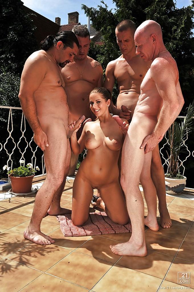 Барышня делает минет четверым мужчинам одновременно
