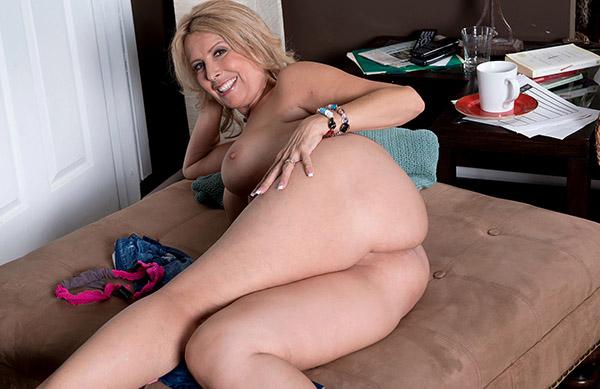 Зрелая дама играется со своими медовыми сосками