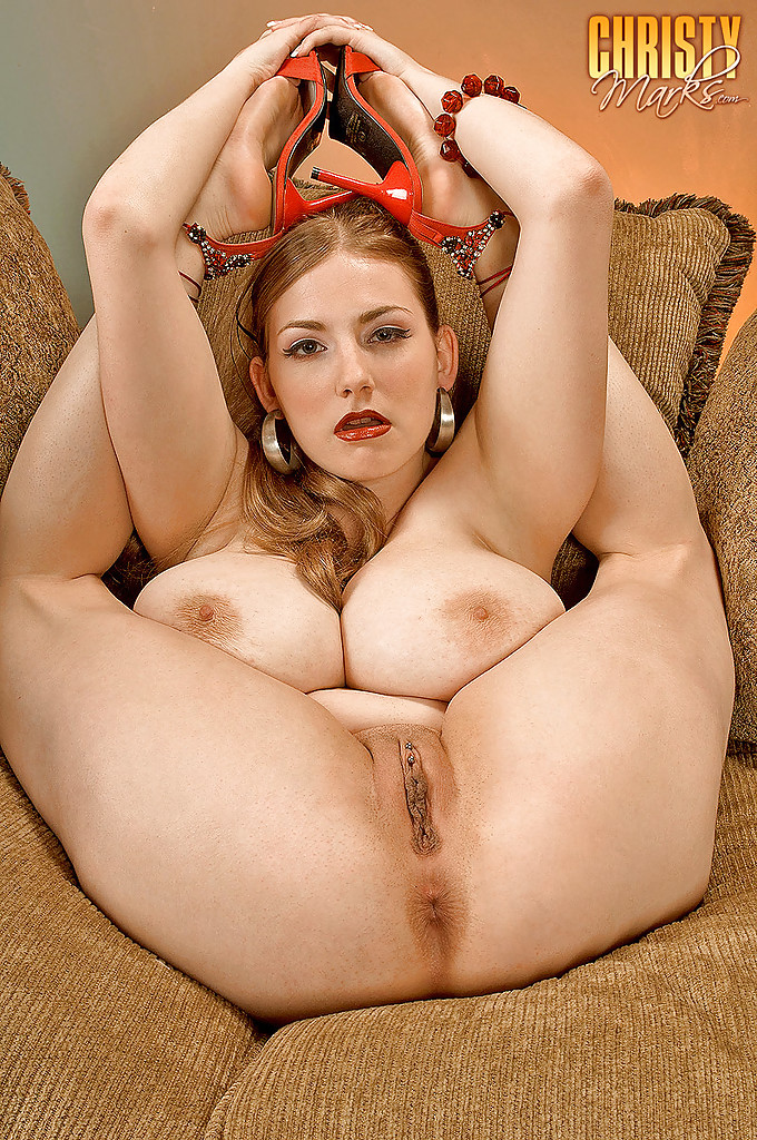 Грудастая миледи голышом на диване