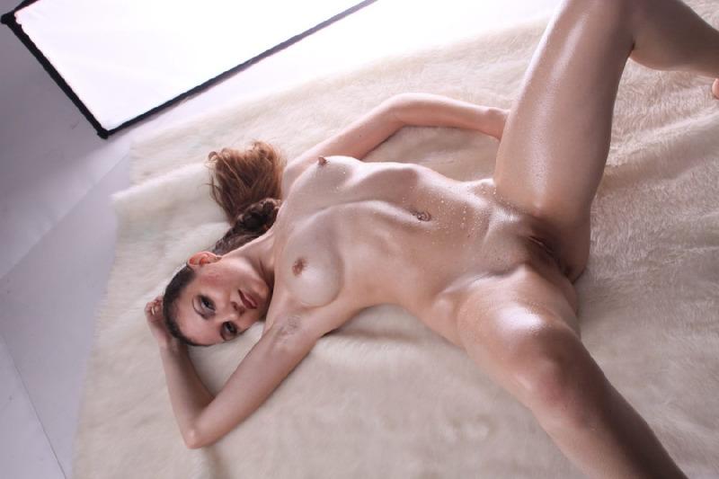 Роскошная мамзель вторгается секс игрушками в обе дырки
