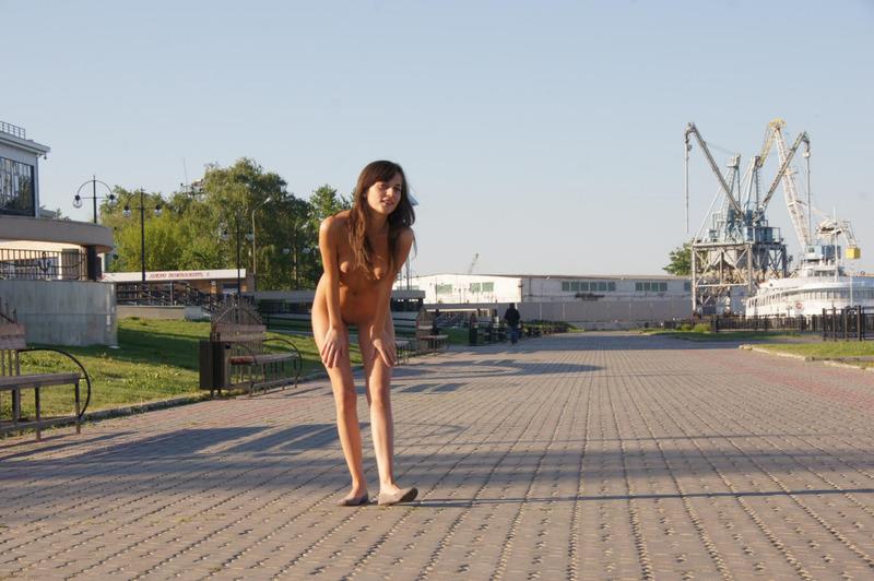 Нагая стройняшка голышом прогуливается по городу