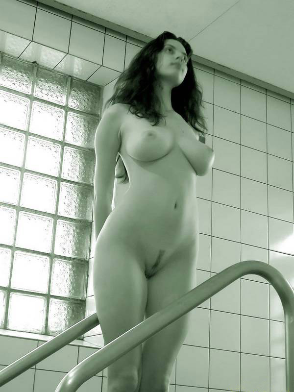 Грудастая уборщица нагая отдыхает в сауне