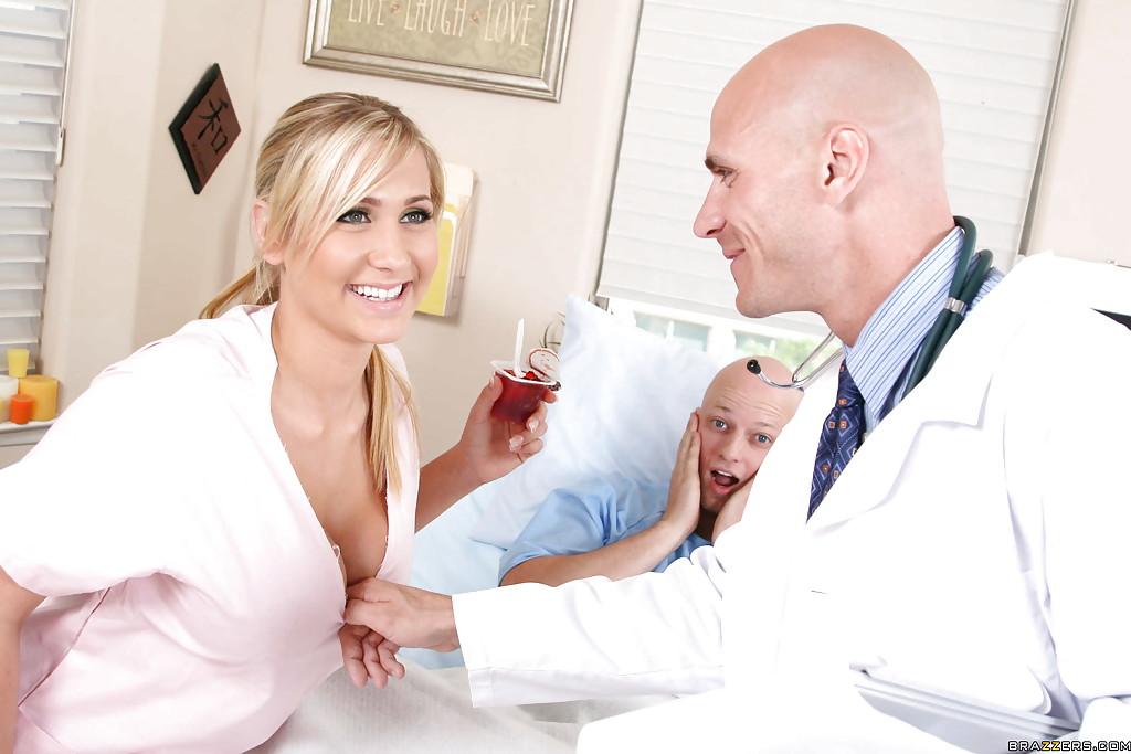 Врач страстно натянул пышногрудую медсестру