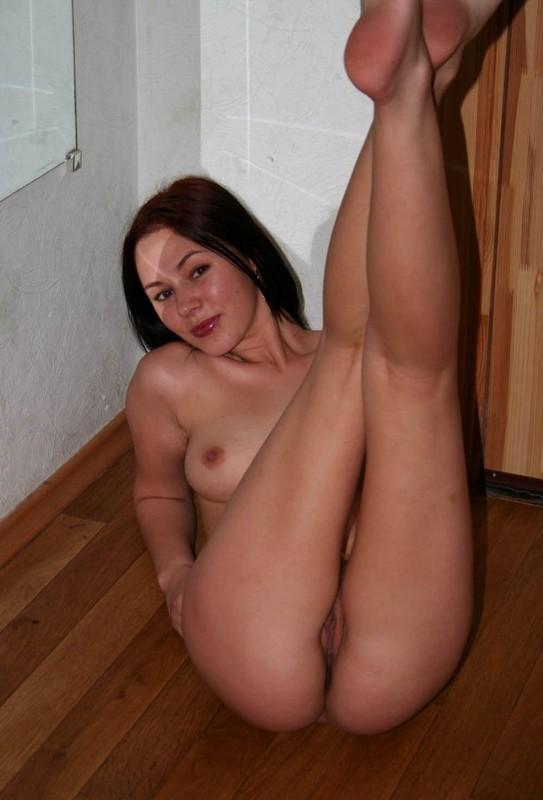Сексуальная любовница игриво оголила идеальную плоть