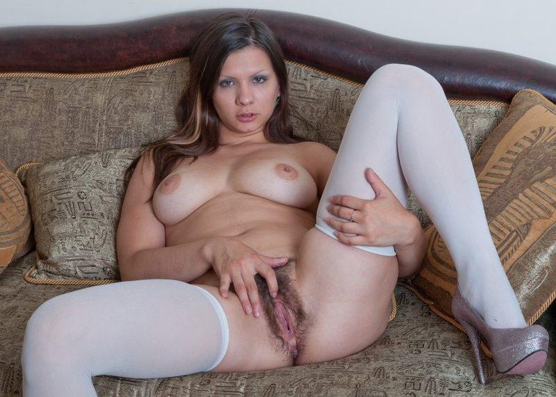 Грудастая брюнетка вогнала секс игрушку себе во влагалище