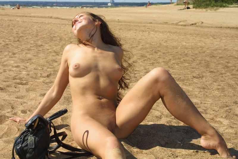 Нагая мадемуазель извивается голая на песке
