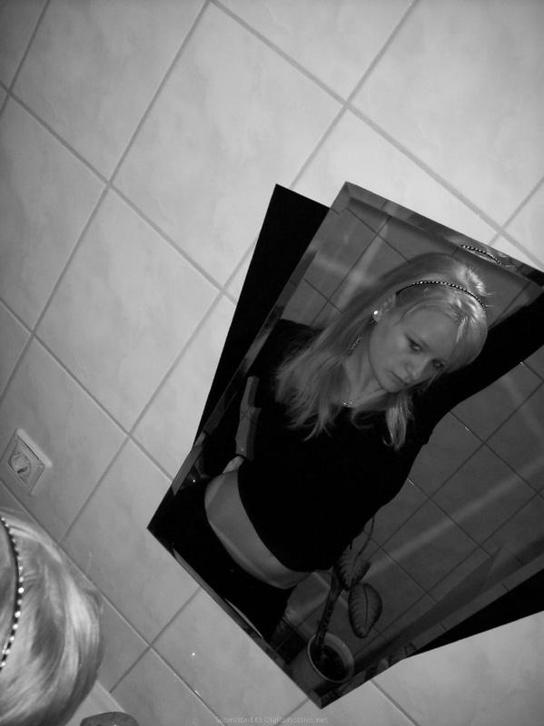 Сисястая блондинка на кровати в нижнем белье