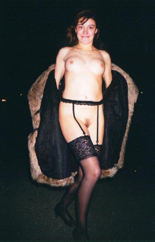 Привлекательная давалка показывает тело незнакомцам
