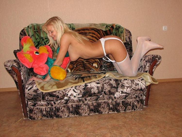 Сексапильная блондинка в чулках любит стоять рачком