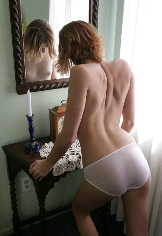 Голая студентка любуется собой перед зеркалом