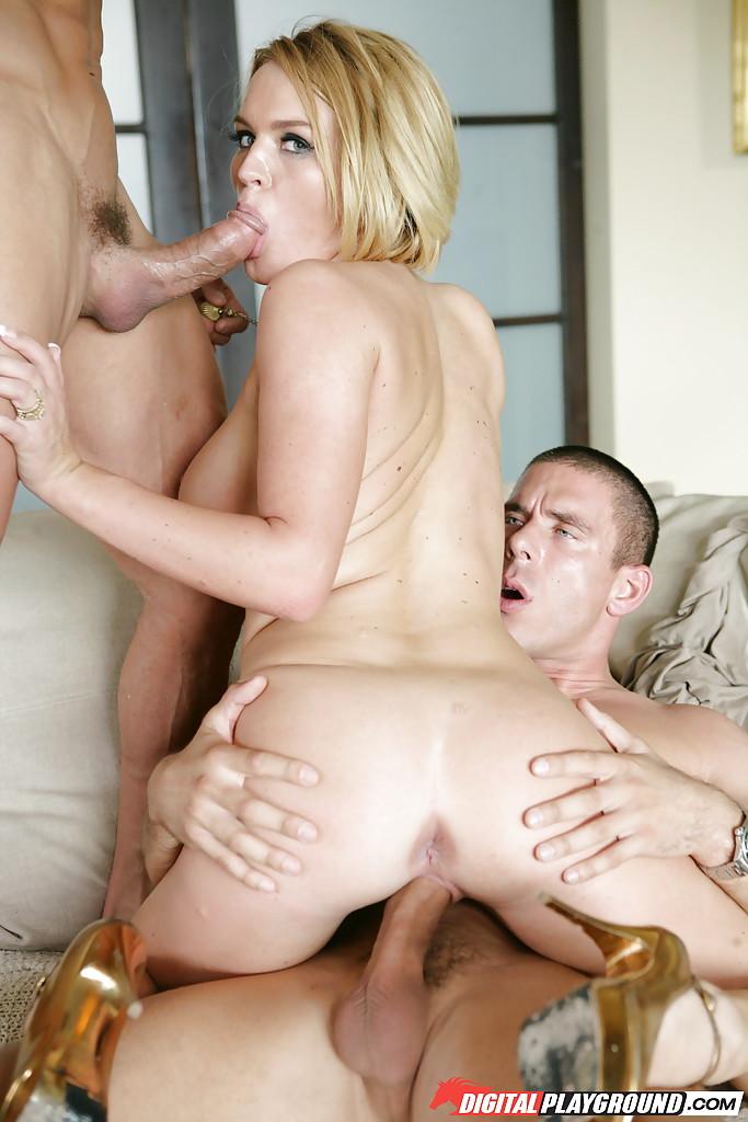 Блондинка сосет пенис во время активной порки