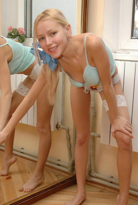 Худощавая блондинка оголилась у зеркала