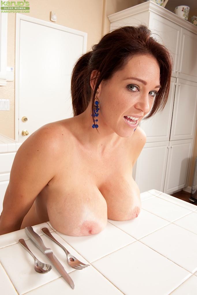 Прожженная мамаша голышом на кухне