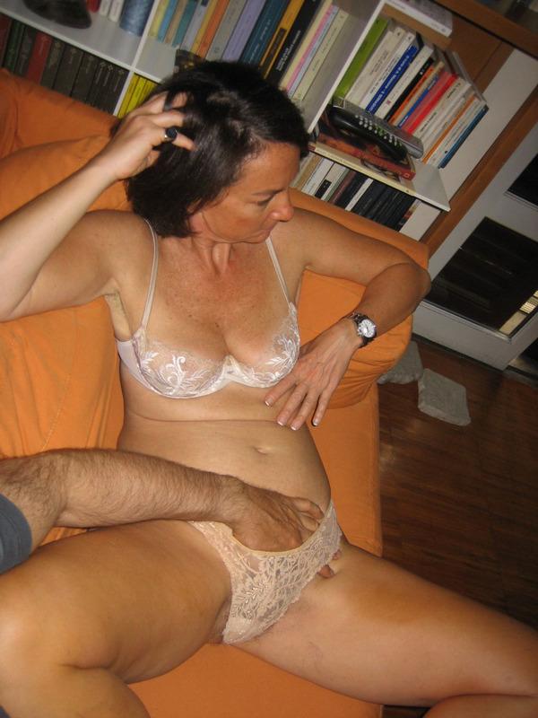 Зрелая мадам страстно сосет пенис любовника