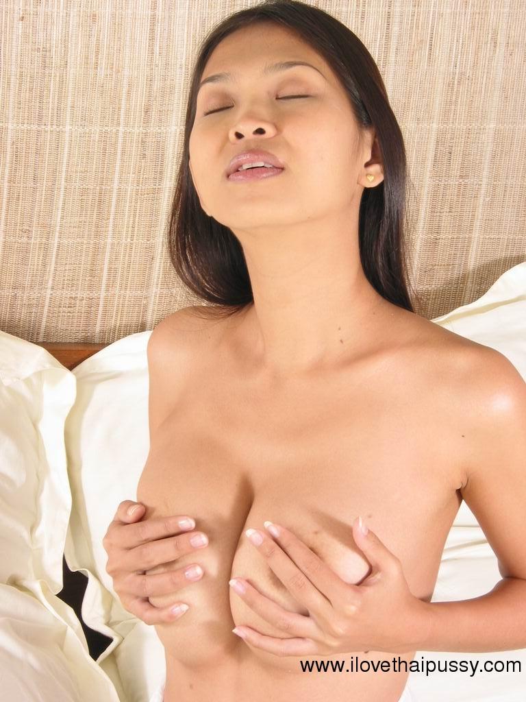 Азиатка отодвинула трусики и поимела себя секс игрушкой на кровати