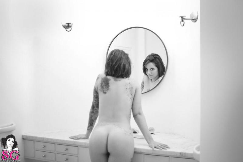 Красотка с татуировками голышом в ванной комнате