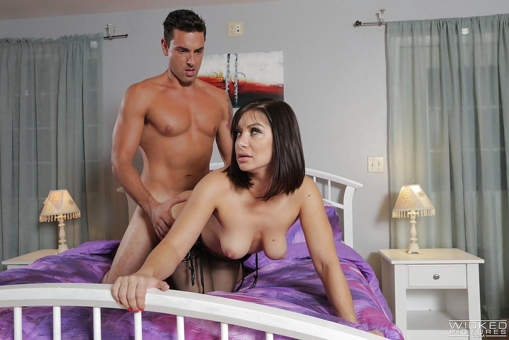 Сексапильная мамаша занялась любовью с супругом