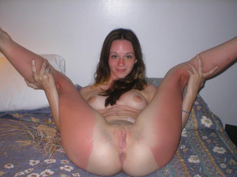 Студентка сняла белье и трахает себя на диване секс игрушкой