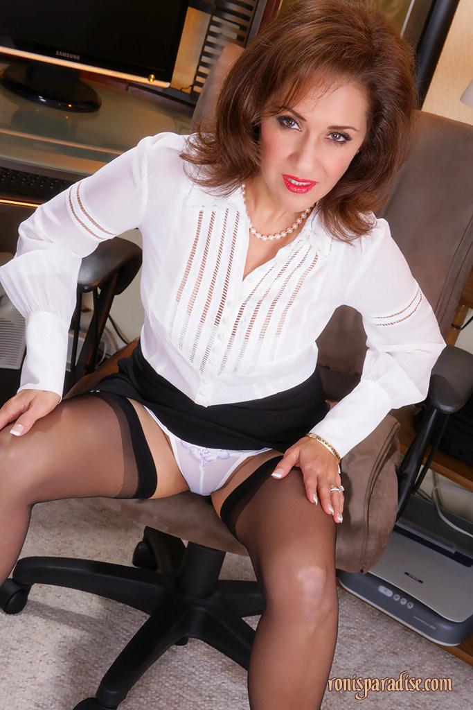Зрелая дама в белом белье и черных чулках показала упругие сиськи