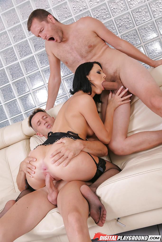 Брюнетка взяла за щеку и отдалась двум любовникам на диване