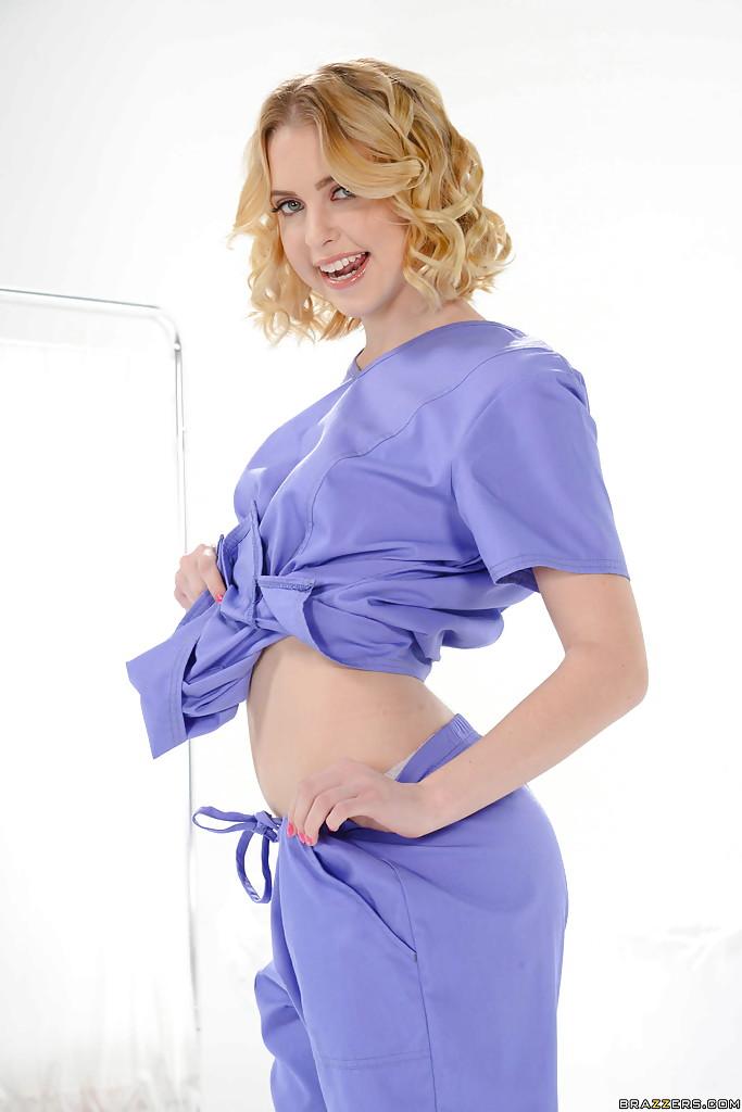 Медсестра разделась и сверкает разработанными дырками на кушетке