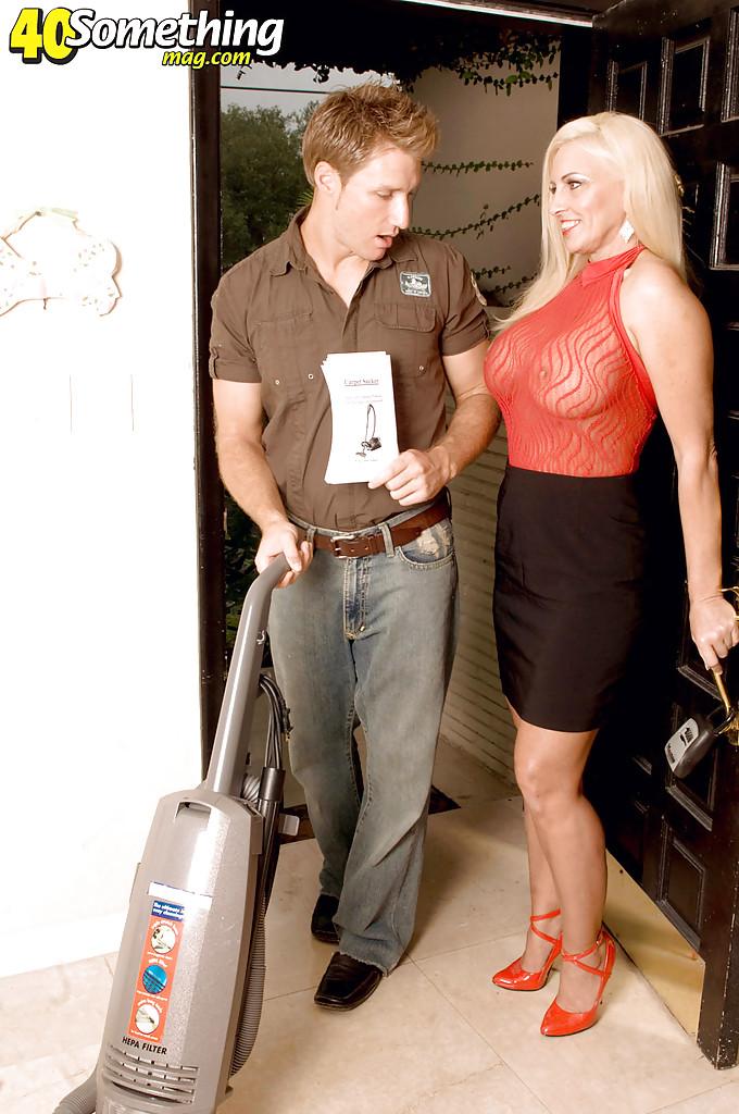 Продавец пылесоса бесцеремонно оттрахал домохозяйку