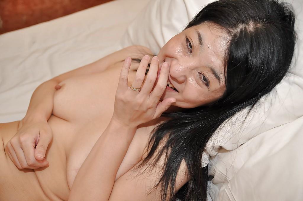 Голая азиатка сделала минет и подставила волосатую пилотку